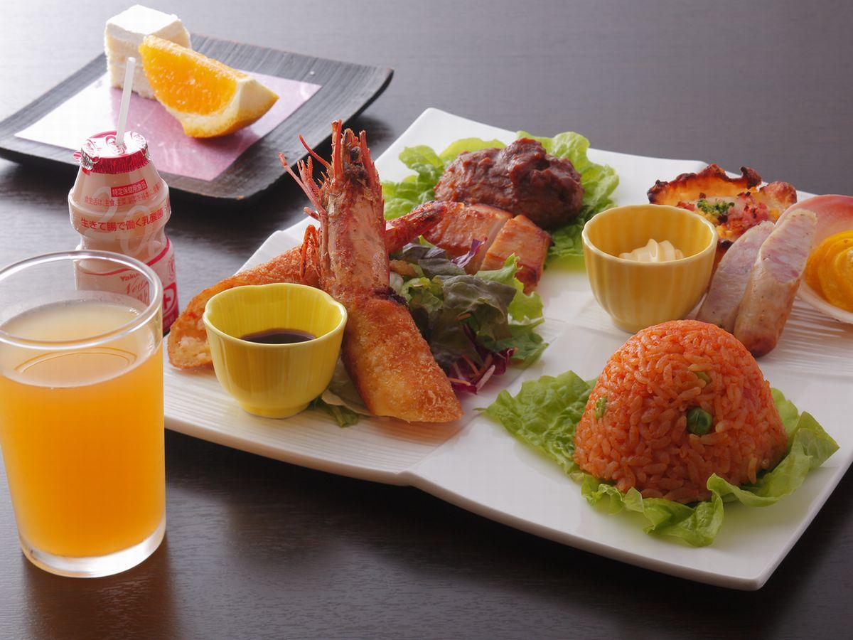 お料理は金目鯛のあたみ煮がメイン。大皿料理を家族でお取り分けて水入らずを楽しめます。