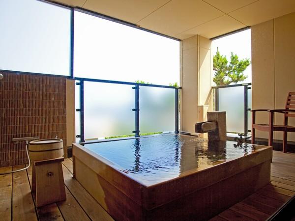 お部屋の露天風呂は源泉掛け流し何時でもたっぷりの温泉をお楽しみ頂けます。