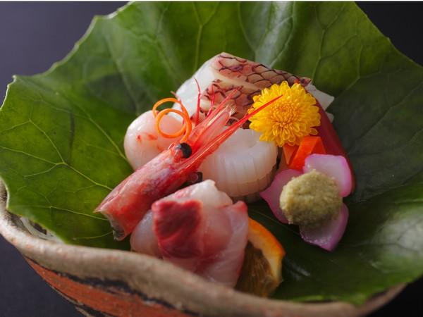 お料理は温かい料理は温かいまま1品ずつご提供。最上級コース「伊豆の季味膳」でお楽しみ下さい。