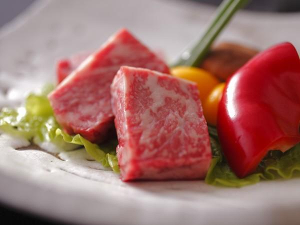 霜降り和牛を富士山溶岩で焼き上げた一品。肉汁がお口いっぱいに広がります。