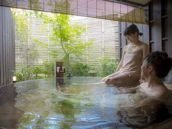 源泉掛け流しの貸切露天サービス。湯上り処でのドリンクサービスも付いて特別な湯浴みをお楽しみ頂けます。