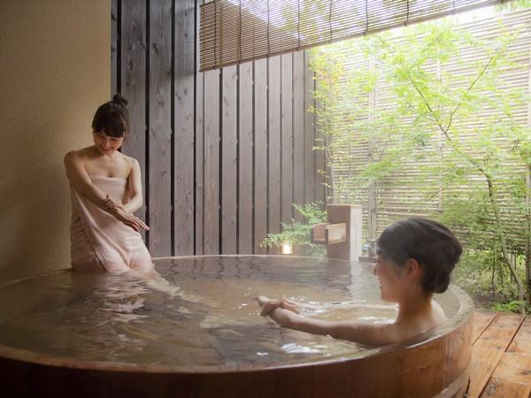 「まるで天然の化粧水!」弱アルカリ性の美肌の湯は広い貸切露天でゆっくりとお肌が喜ぶ美肌時間を楽しんで。