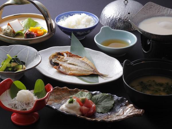 3種類から選べる干物や美味しいと評判の手作り豆腐は女性に人気。1日の元気は美味しい朝食から
