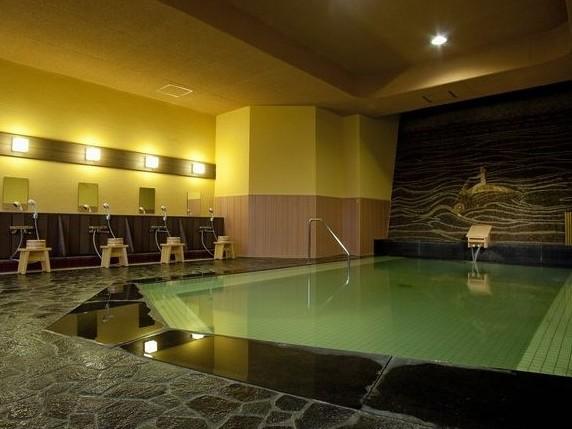 源泉かけ流しの露天風呂「紅葉の湯」伊豆石の肌触りが心地よいお風呂です。
